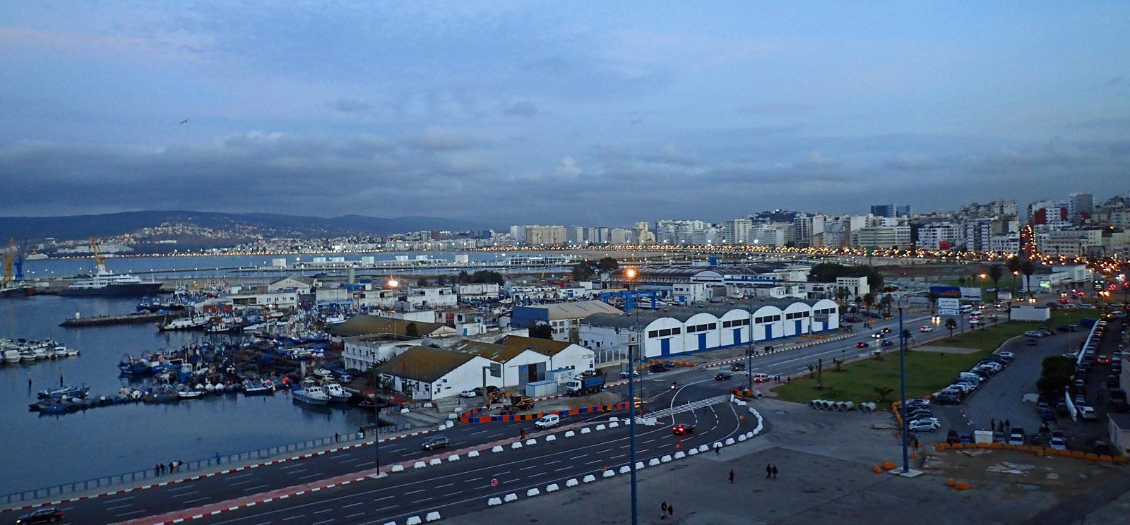 Der abendliche Hafen von Tanger